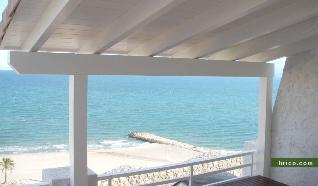 Pergolas de madera blanca en terraza