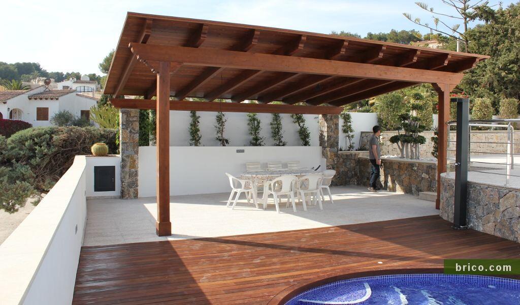 Pergolas de madera semiadosada en piscina