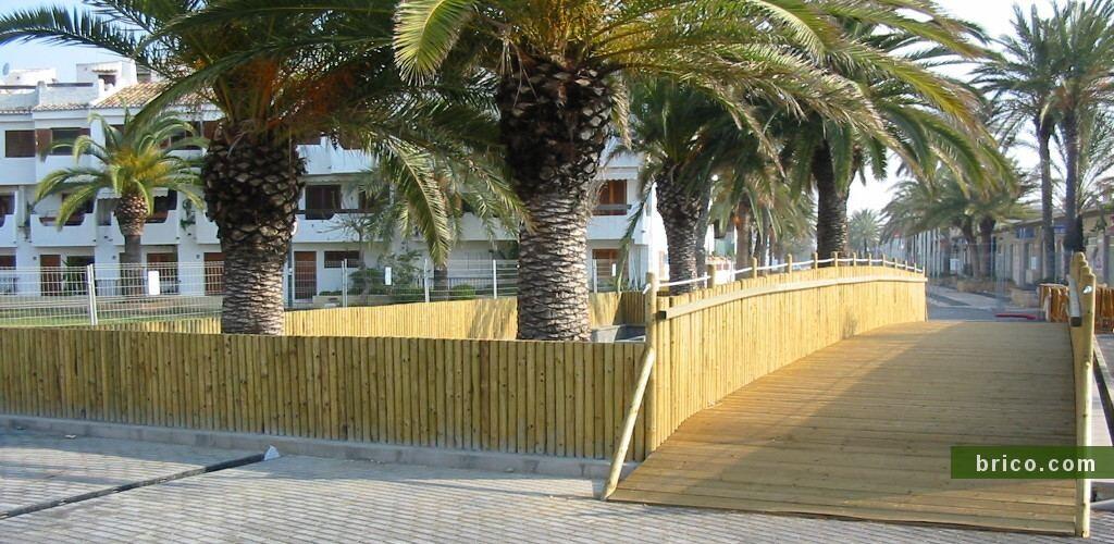 Valla de postes tratados en la playa