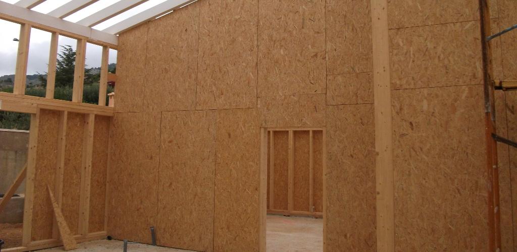 Estructura de casa de madera con OSB
