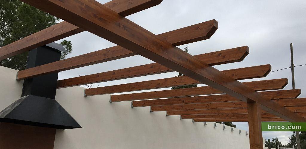 Paellero con vigas de madera